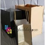 papieren draagtas met gedraaid handvat